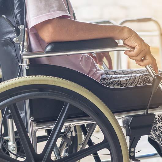 Mujer silla de ruedas cemudis